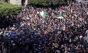 防暴警察在阿尔及尔与抗议者对抗
