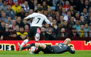 Brad Guzan makes it just in time before Memphis Depay could get to it.