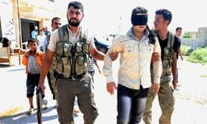 叙利亚反政府武装逮捕一名自称是阿勒颇附近旧军事基地叛徒的男子