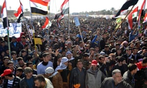 逊尼派穆斯林昨天在伊拉克北部萨马拉的一次反政府示威中挥舞着国旗。