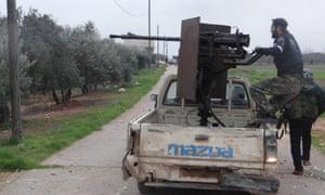 在Taftanaz军事空军基地附近的前线的自由叙利亚陆军战斗机。