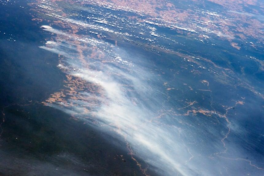 En un día inusualmente libre de nubes a la altura de la estación seca, varios incendios ardían en la Amazonía