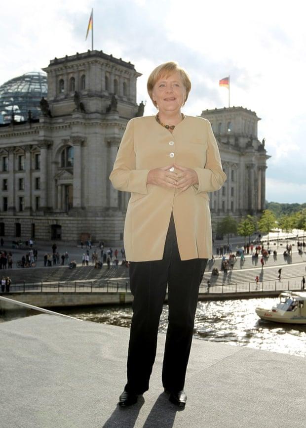 Ангела Меркель рядом с Рейхстагом в Берлине, в августе 2010 года