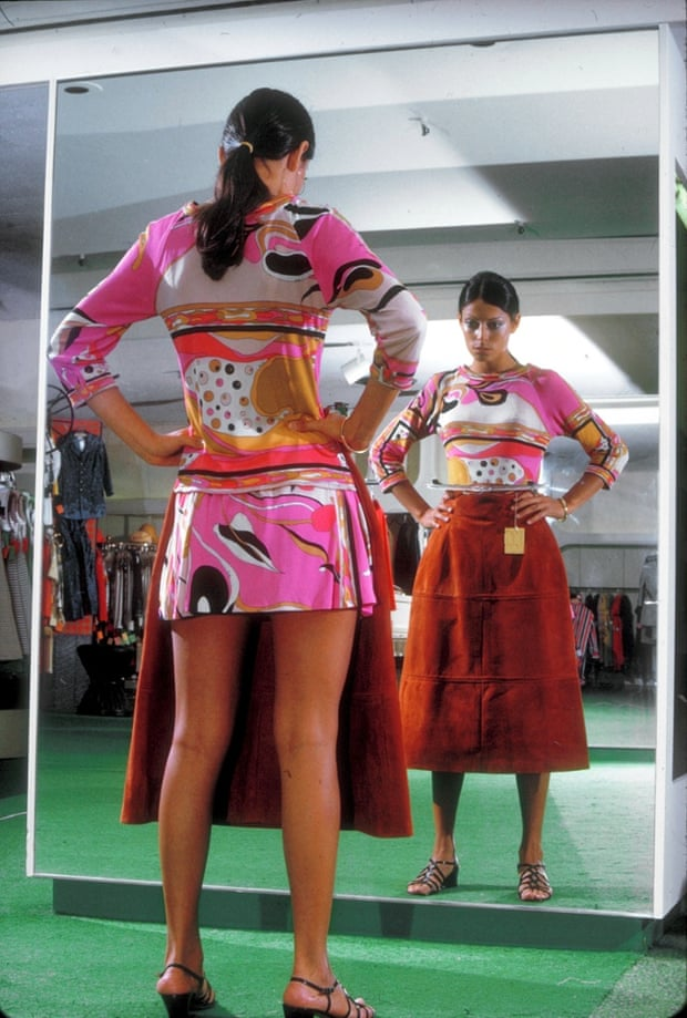 Женщина до миди юбку.