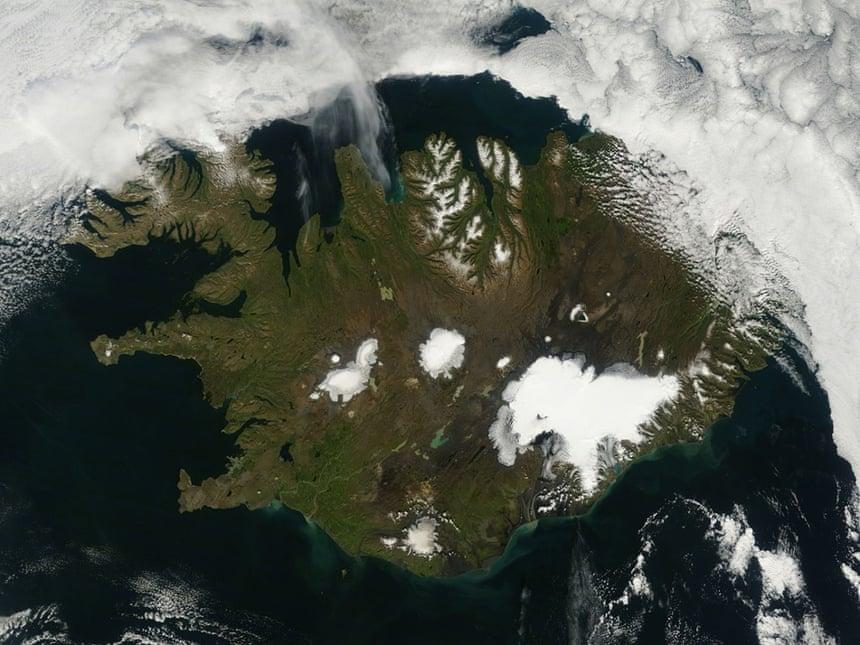 Islandia ha sido llamada la isla de fuego y hielo, donde los volcanes en erupción y con glaciares congelados coexistir en un hermoso entorno natural.