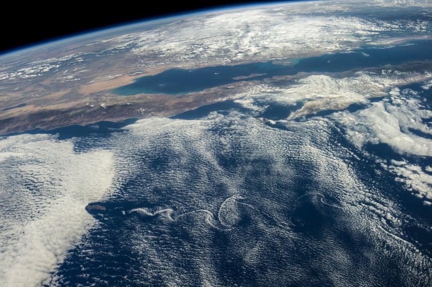 Aunque la tierra y las aguas del Pacífico de México representado aquí están influenciadas por las masas de nubes, para Baja California y otras partes de México en esta fotografía hecha desde la Estación Espacial Internacional, las cosas son bastante más tranquilo que hace unos días cuando el huracán Odile desató.
