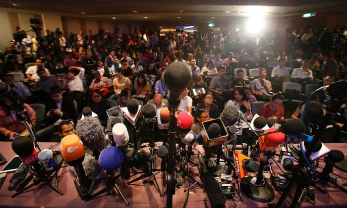 Crowded Sports Press Conference Images & Pictures - Becuo