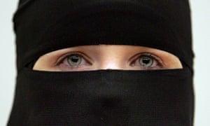 یک زن با پوشیدن حجاب نقاب.  عکس: تصاویر اسکات Barbour / گتی ایماژ