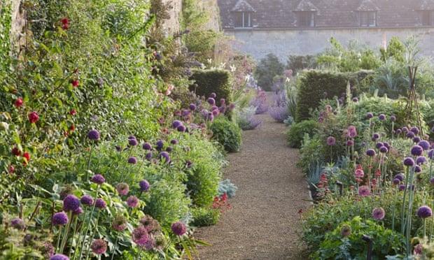 Gardens: Burford walkway