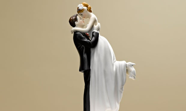 Bride and groom figures on wedding cake