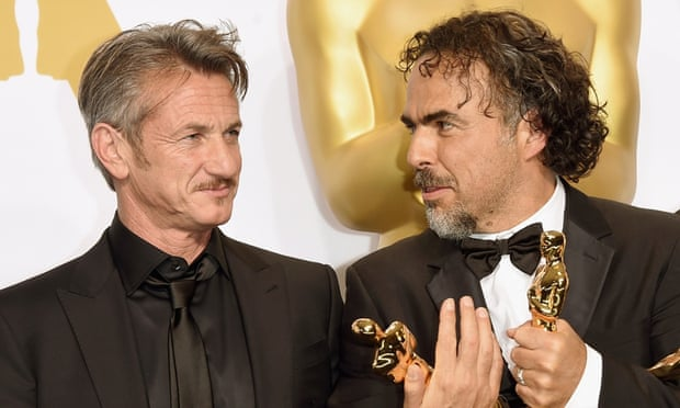 Sean Penn presented the best picture Oscar to director Alejandro González Iñárritu – but his joke about the winner's green card fell flat.