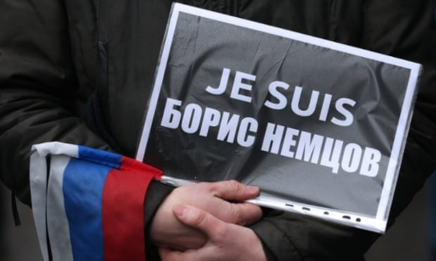 A marcher in Moscow holds a sign saying 'Je suis Boris Nemtsov'.