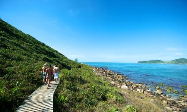 C39CG6 Paradise beach of Praia do Rosa in Santa Catarina state, Brazil. It is ranking as one of the most beautifuf beach in Brazil.brazilbeachpraiarosaimbitubasantacatarinavacationbeachlagoonsportsouthsantacatarinabrazilsurferbaybeautifulamericadunecoastwatertravellingsurflandscapesandwavepraiadorosaseaoceantravelimbitubaseascapebayoceansouthimbitubawavesurfervacationsporttravellingtravelcoastamericawaterseasantacatarinabeautifulsurfpraiadorosasandbeachoceanbrazillandscapedunebaylagoonsouth