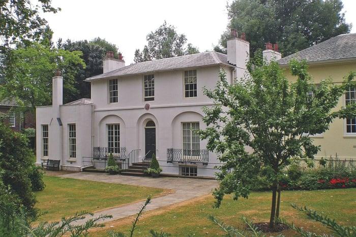 جان کیت فقید هم در این خانه زندگی میکرده. این خانه در نزدیکی لندن قرار دارد