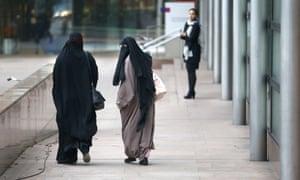زنان با پوشیدن حجاب اسلامی