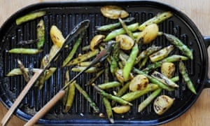 The winning recipe for grilled asparagus with preserved lemon – simple but tasty, and very reminiscent of spring.