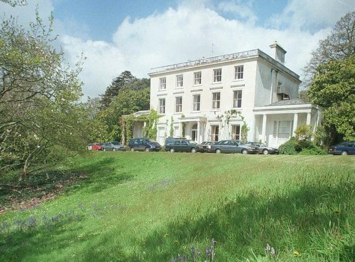 این خانه زیبا متعلق به ملکه جنایت اگاتا کریستی ست. لوکیشین این منزل در برخی داستانهای وی توصیف شده.