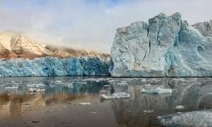 BEE9T7 Arctic Glacier Reflected and Melting in Svalbard KongsFjordenGlacierArcticIceBlueSvalbardPolarClimateArcticNorwaySvalbardSpitsbergenNyAlesundNatureLandscapeSceneryPanoramaViewScenicFjordBarentsSeaOceanNordicScandinavianMountainsPolarSummerCalmPlacidPeacefulClimateChangeGlacierMeltingIceEnvironmentalismReflectionDramaticSailingGlobalWarmingKongsfjordenFloat