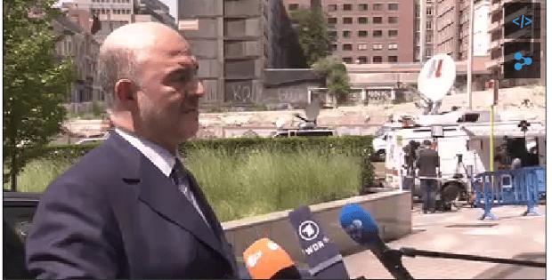 Комисарят по икономическите въпроси в ЕК Пиер  Московици преди влизането на срещата на Еврогрупата