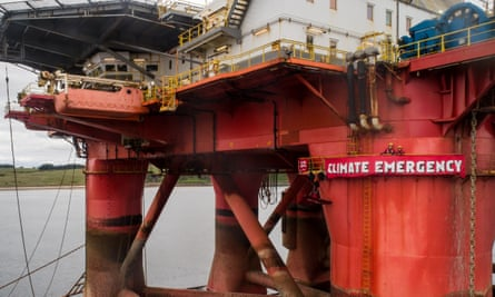 Activists on oil rig