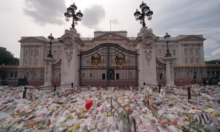 floral tributes to princess diana at buckingham palace in 1997