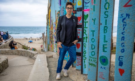 Sue Perkins: Along the US-Mexico Border review – darkness leavened with a dash of wit