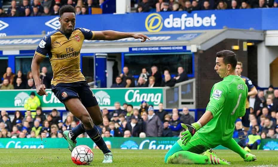 Danny Welbeck rounds Everton goalkeeper Joel Robles to score Arsenal's opening goal in a 2-0 win at Goodison Park on Saturday.