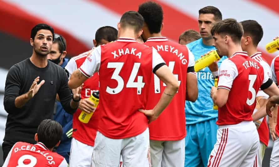 Mikel Arteta delivers an Arsenal team talk.
