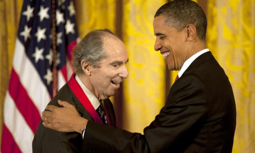 Barack Obama awards the Medal of Art and Humanities to Roth in 2011.
