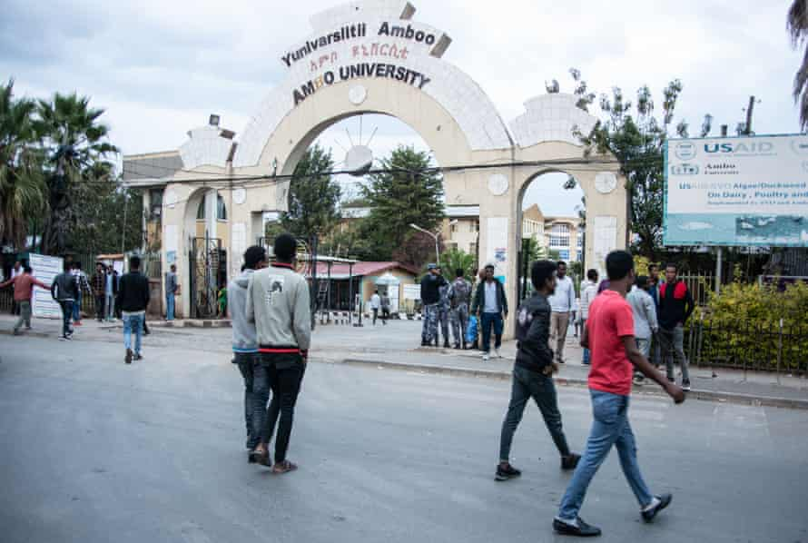 Students and police outside the gates of Ambo University in Ethiopia's Oromia region