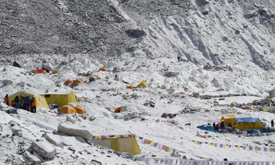 Everest Base Camp หนึ่งวันหลังจากหิมะถล่มที่เกิดจากแผ่นดินไหวทำให้ไซต์เสียหายในเดือนเมษายน 2558