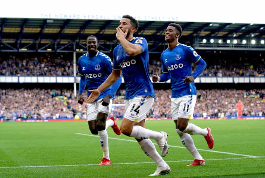Andros Townsend (centre) celebrates
