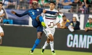 Gyasi Zardes and Mexico defender Hugo Ayala compete for the ball