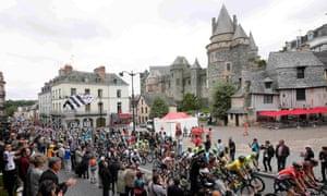 The peloton pass the castle at Vitré.