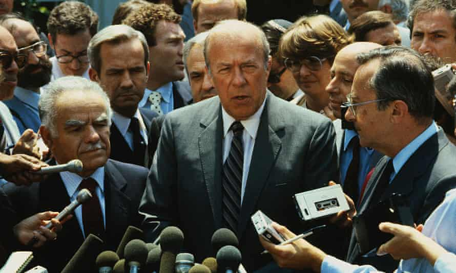 George Shultz, centre, speaking to reporters in Washington with the Israeli foreign minster, Yitzhak Shamir, left, and defence minister, Moshe Arens, right, 1983.