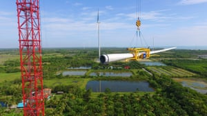 Lifting the blade of a Vestas turbine as part of the construction of the Had Kanghan project in Thailand.