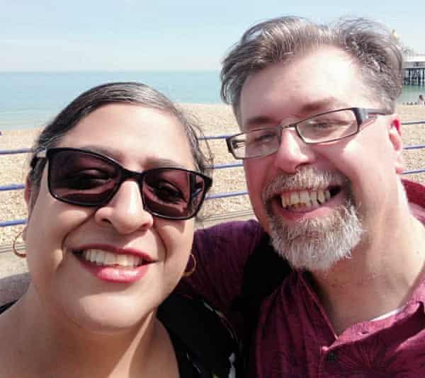 Kevin Stephenson con su pareja, Aruna Narchi, quien murió en un hospital de Birmingham en septiembre.