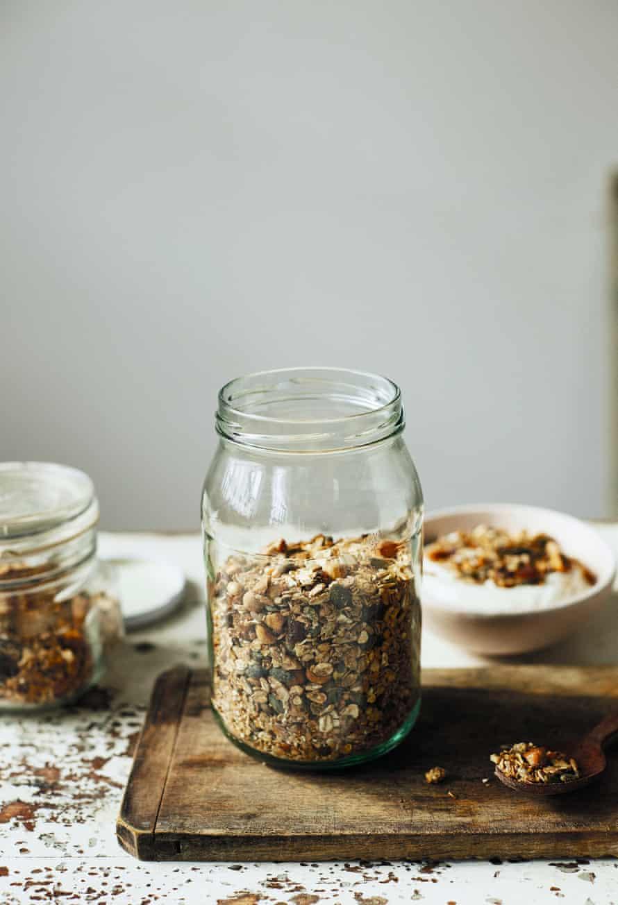 Autumn granola with hazelnuts, rye, spelt and dates