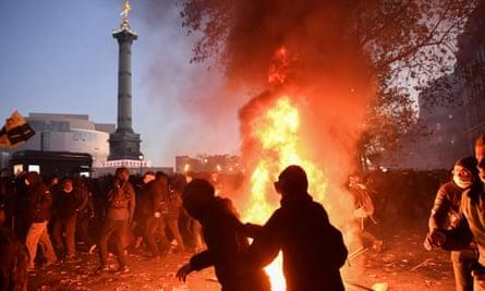 Gli incendi bruciano a Parigi durante una manifestazione contro una legge sulla sicurezza globale che proibisce la distribuzione di foto della polizia in determinate circostanze.