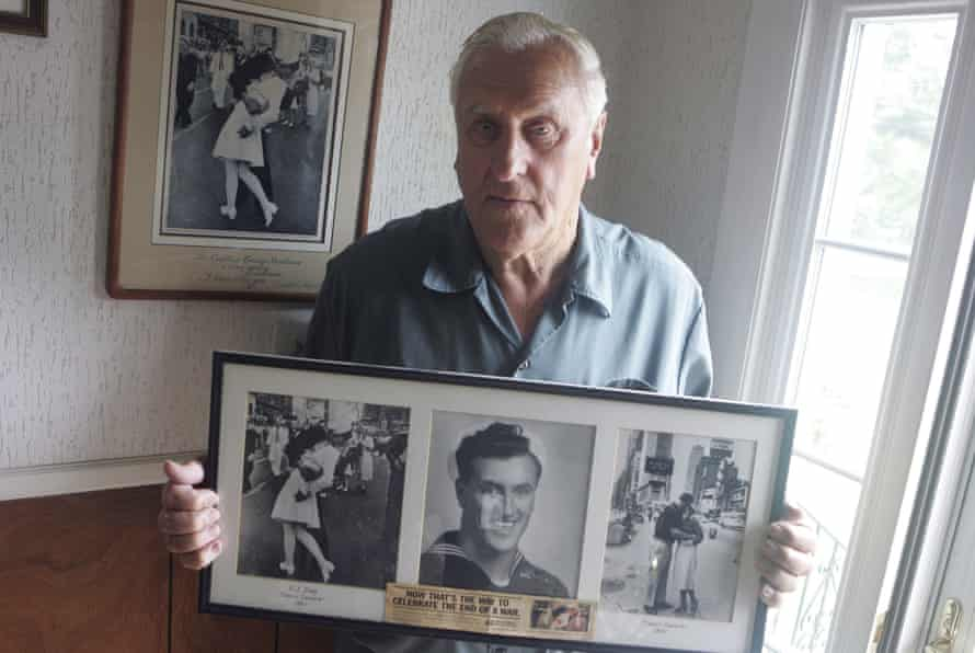 George Mendonsa poses in Middletown, Rhode Island in 2009, holding a copy of the famous Alfred Eisenstadt photo.