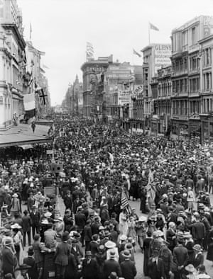 Crowds in the streets of Melbourne on 11 November 1918.