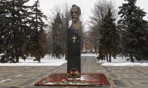 在Felix Dzerzhinsky雕象的一个木十字架