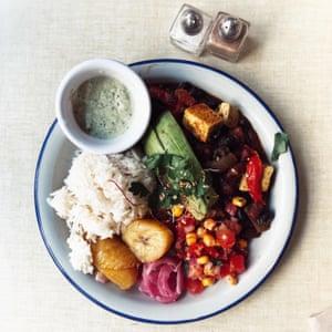 Nourriture végétalienne africaine dans un café parisien.