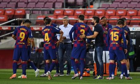 Quique Setien talks to his players against Atlético