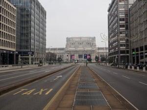 在禁止车辆的米兰中央驻地前面的离开的街道。