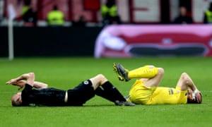 Chelsea's Jorginho (right) and Eintracht Frankfurt's Sebastian Rode both go down with head injurie