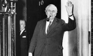 Harold Wilson outside No10