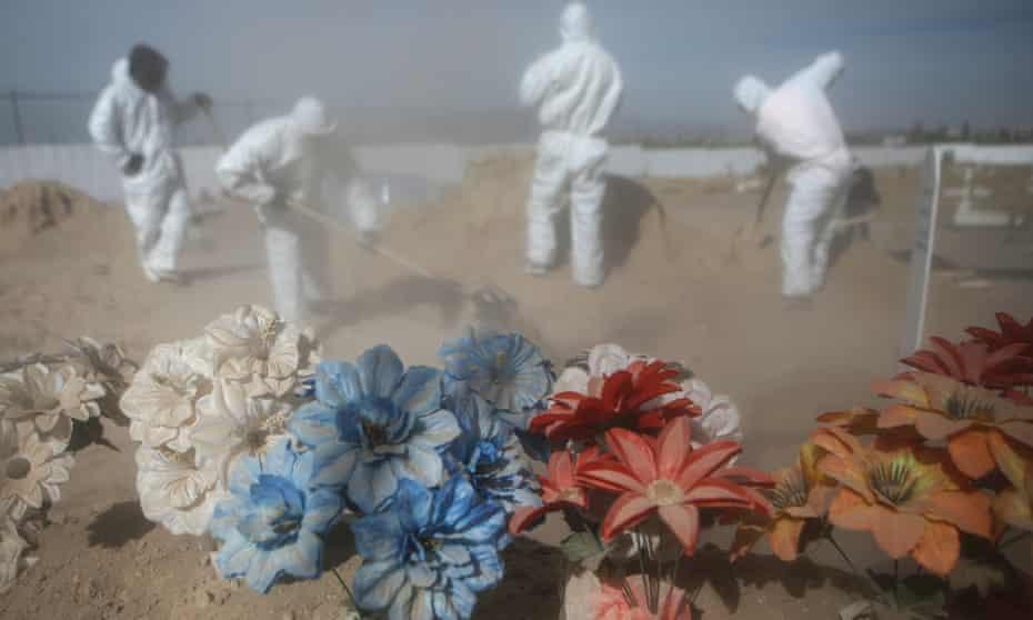 Cemetery workers bury a victim of Covid-19 at Sueños Eternos cemetery in Ciudad Juarez, Mexico