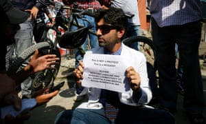 Ubrest situation in Srinagar<br>epa07795258 A Kashmiri doctor holds a placard as he requests authorities to restore landline and internet connection to local hospitals in Srinagar, India, 26 August 2019. Tensions have been renewed in the region after the Indian government on 05 August moved a resolution in the parliament that removes the special status of Jammu and Kashmir under Article 370 granted to the Kashmir region. Kashmir has been a matter of dispute between India and Pakistan since 1947 when both countries became sovereign states.  EPA/FAROOQ KHAN