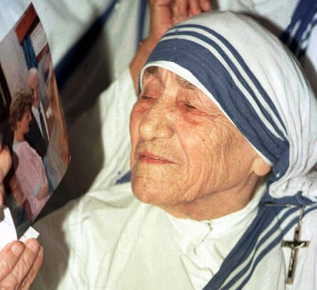 Mother Teresa looks at a photograph of Princess Diana after attending prayers for the princess in1997
